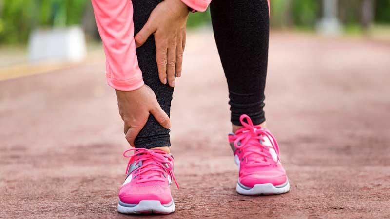 ۱۰ دلیل درد پا و راه تسکین درد پاشنه و زیر پا